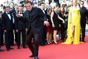 Quentin Tarantino v Cannes, za ním Uma Thurman a John Travolta.