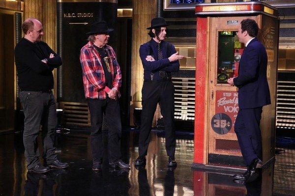 A Letter Home nahral Neil Young (vľavo) skoro sám, pomáhal mu Jack White (v strede) zo skupiny White Stripe, ktorý staré nahrávacie zariadenie vlastní. Jednu pesničku ukážkovo vylisovali v šou Jimmyho Falona (vpravo). Vo Viedni 23. júla však bude Young ko