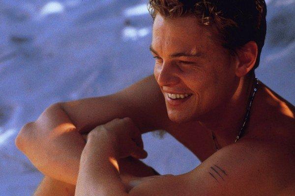 Leonardo DiCaprio ako Richard vo filme Pláž.