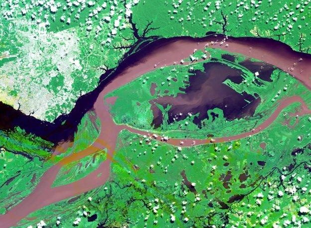 Sútok riek Amazonka a Negro pri meste Manaus v Brazílii. Negro má čierne sfarbenie pre vysoký obsah tanínu vo vode. Sedimenty zas spôsobujú že Amazonka je hnedá.