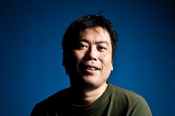 Masahiko Shiraki (1964) vyštudoval ekonómiu, pracoval ako novinár, v reklame a PR. Na Slovensku žije dvanásť rokov s manželkou, herečkou Oľgou Belešovou. Zoznámili sa v Austrálii. Pravidelne písal stĺpčeky pre Víkend SME a neskôr  pre  TV OKO. Napísal div