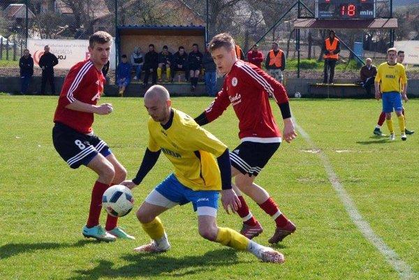 Nevidzany doma podľahli Alekšinciam 1:3. V žltom Marek Sperka (autor domáceho gólu), za ním Marek Kuna a Patrik Krivošík (ten sa trafil až dvakrát).