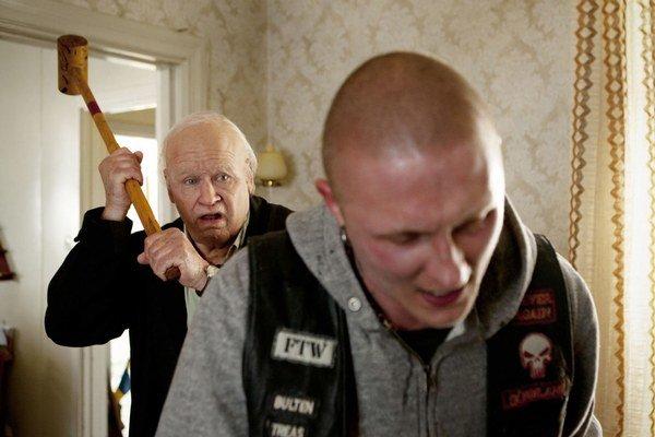 Storočný starček, prostomyseľný a neštudovaný muž, sa stal v živote expertom na výbušniny a explózie.