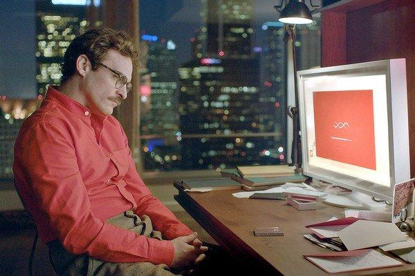 Joaquin Phoenix, jeho partnerka Scarlett Johansson sa vo filme ani raz neobjaví.