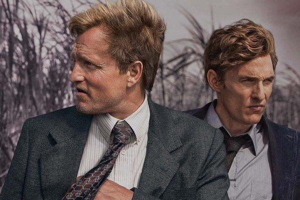 Matthew McConaughey a Woody Harrelson v životnej forme. Seriálový príbeh, ktorý sa ťahá sedemnásť rokov, si vyžiadal od hercov aj premenu zovňajšku.