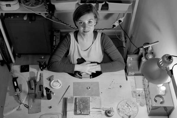 Kristína B. Hrončeková (1980) absolventka odboru Kov a šperk bratislavskej VŠVU, venuje sa tvorbe autorského šperku. Vystavovala doma aj v zahraničí. V SNG vedie výtvarné dielne.