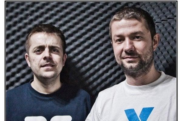 Modré Hory sú Bene (vľavo) a Lyrik, sprevádza ich pianista Roland Kánik.