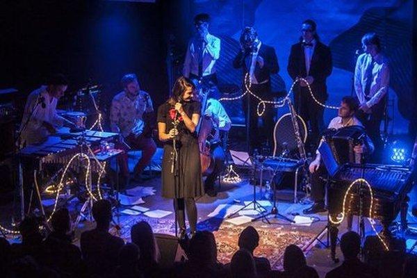 Jana Kirschner s kapelou počas bratislavského koncertu.