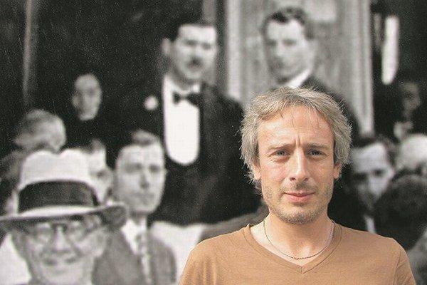 Jakub Ursiny (1977) sa narodil v Bratislave. Po prvý raz zaznel jeho hlas na albume otca Deža Ursinyho Modrý vrch. Ako jedenásťročný založil prvú kapelu. V roku 2002 skončil štúdium televíznej dramaturgie a scenáristiky na VŠMU v Bratislave, neskô