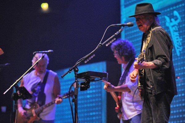Neil Young (vpravo) a jeho stará partia. Možno je to ich posledné spoločné turné.