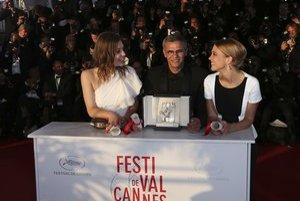 Herečky Adele Exarchopoulos a Léa Seydoux s režisérom Abdelom Kechichom pri preberaní Zlatej palmy.