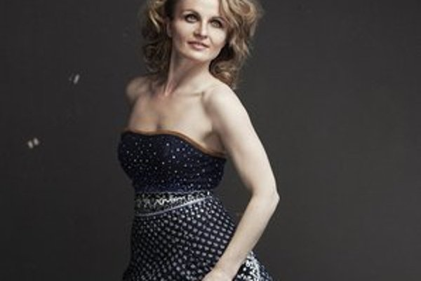Narodila sa síce v Tvarožnej, ale spievala skôr v Nemecku či Španielsku. Len v tejto sezóneju SND pozvalo ako Rossinu do inscenácie Barbier zo Sevilly. Slovenské publikum si svojou spontánnosťou podmanila na koncerte, ktorý 21. júna odvysiela aj Slove