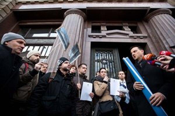 Minister kultúry Daniel Krajcer (vpravo) s umelcami diskutoval o galérii Danubiana, témou jeho nástupcu Mareka Maďariča sú granty.