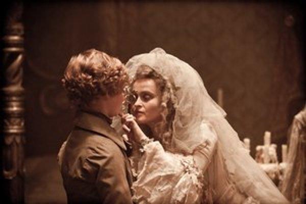 Trocha dekadentného šarmu dodáva filmu Veľké nádeje Helena Bonham Carter ako večná nevesta. ⋌FOTO –