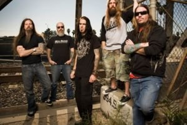 Lamb of God na snímke z roku 2009. Randy Blythe (v strede) si v Prahe môže odsedieť až desať rokov.