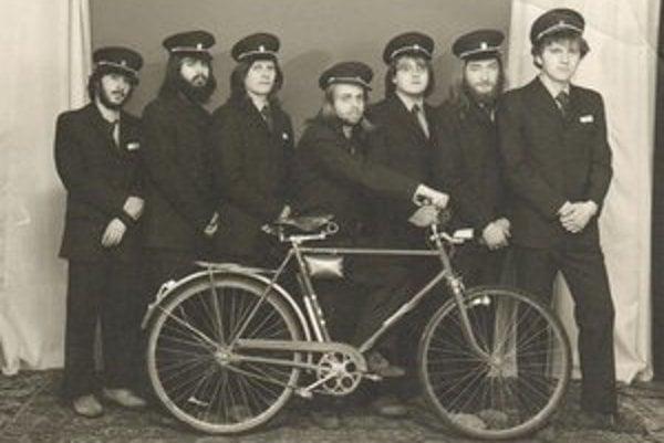 Členovia skupiny Slniečko v roku 1985. Druhý zľava Michal Urban, prvý sprava Peter Remiš. Všetci istý čas pracovali ako poštári v Piešťanoch