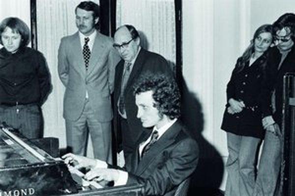 Marián Varga (1946) - Hudobník, skladateľ, hráč na klávesové nástroje. Narodil sa v Skalici, vyrastal v Bratislave. Kompozíciu a klavír na konzervatóriu nedoštudoval. Od vážnej hudby prešiel k bigbítu v skupine Prúdy (album Zvonky, zvoňte 1969). Začiatkom