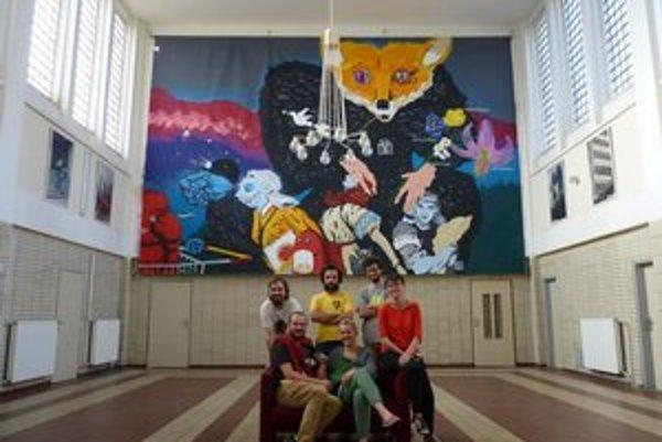 Monumentálna maľba na stanici, pred ňou stoja členovia Štokovca (David Turčáni, Svätopluk Mikyta, Juraj Gábor, Zuzana Bodnárová), vľavo dolu je autor maľby Erik Šille s priateľkou Zuzanou.