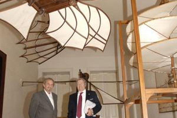 Dva z da Vinciho modelov.