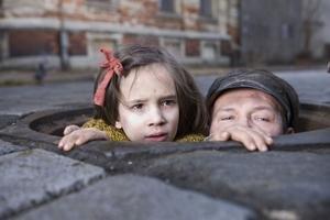 """Záber z filmu V tme. Po Angry Harvest a Europa, Europa je to tretí film Agnieszky Holland, ktorý bol nominovaný na Oscara. Holland študovala na FAMU, spolu s režisérmi Kieslowským, Zanussim a Vajdom vytvárala poľské """"kino morálneho nepokoja"""". Nakrútila ti"""