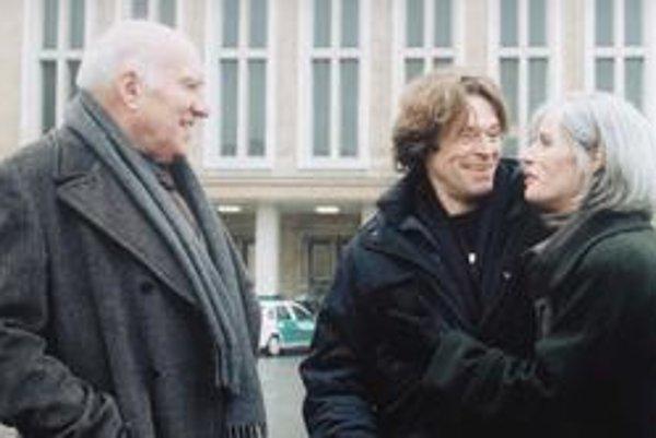 V poslednom filme Angelopoulosa Prach času hral hlavnú úlohu Willem Dafoe (v strede).