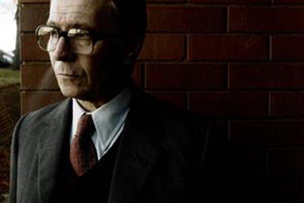 Gary Oldman ako agent George Smiley, postava z viacerých románov Johna le Carrého.