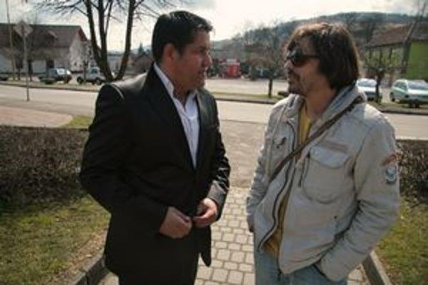 Vlado Sendrei a Jaro Vojtek pri nakrúcaní filmu Cigáni idú do volieb, ktorý bude v kinách o rok. S filmom Hranica vlani Vojtek (vpravo) zvíťazil v ankete SME o udalosť roka.