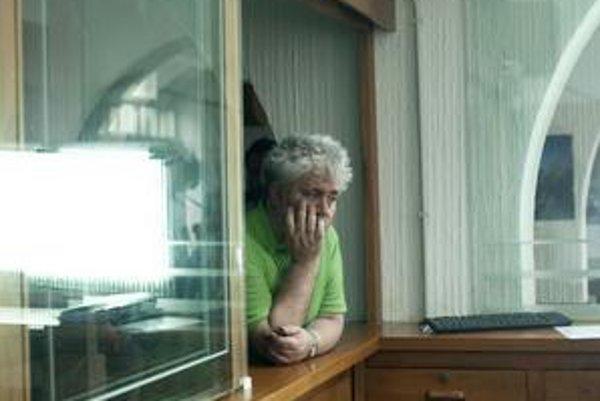 Pedro Almodóvar (61), španielsky režisér a držiteľ Oscara za drámu Hovor s ňou. Nakrúcať začal po páde diktatúry a vo svojich emotívnych príbehoch bol vždy odvážnejší ako väčšina spoločnosti. Po filmoch Labyrint vášní, Zákon túžby, Spútaj ma!, Kika, V