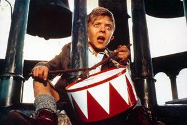 Carriere napísal aj scenár k oscarovému filmu Plechový bubienok (1979), ktorý režíroval  Volker Schlöndorff.