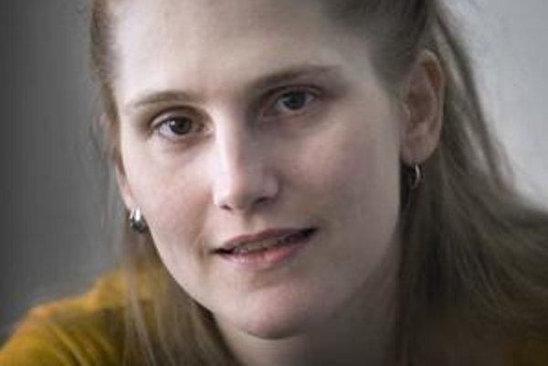 ALEXANDRA SALMELA (1980) vyštudovala divadelnú dramaturgiu na VŠMU v Bratislave, vlani ukončila štúdium fínčiny na Filozofickej fakulte Karlovej univerzity v Prahe. Za román 27 čiže Smrť robí umelca bola nominovaná na fínsku štátnu literárnu cenu Finlandi