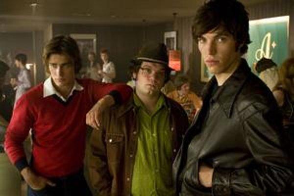 Freddie, Snork a Bruce dospievajú v Cemetery Junction. Film sa do slovenských kín nedostal, vyšiel iba na DVD.