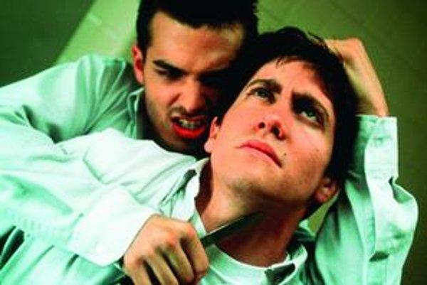 Jake Gyllenhaal vo filme Donnie Darko najprv tesne unikne smrti, potom ho prenasleduje obrovský zajac.