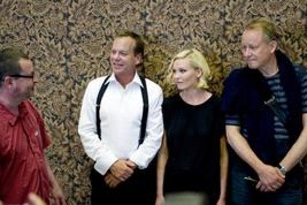 Lars von Trier (vľavo) ohlasuje nový film. Obsadil doň Kiefera Sutherlanda,Kirsten Dunstovú a Stellana Skarsgarda.