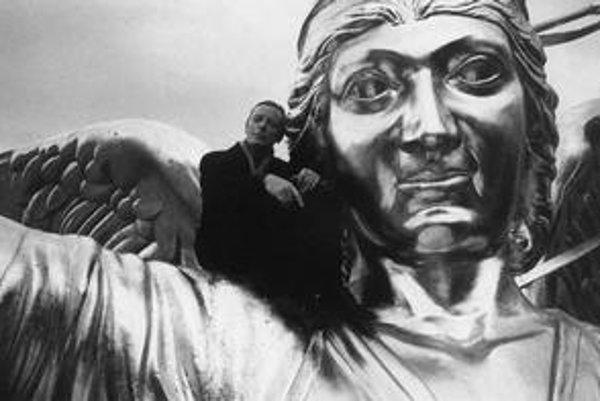 Zabudnite na citlivých anjelov z Neba nad Berlínom, nastupuje zloba a zákernosť.