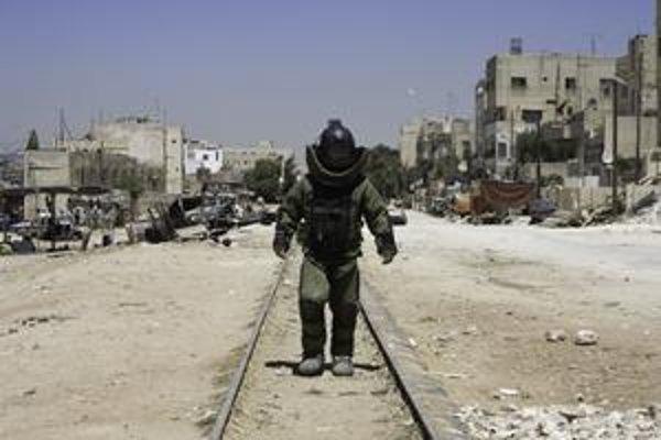 Smrť čaká všade. Vo vojenskom skafandri je ukrytý Jeremy Renner. Za úlohu veliteľa pyrotechnickej jednotky bol nominovaný na Oscara.