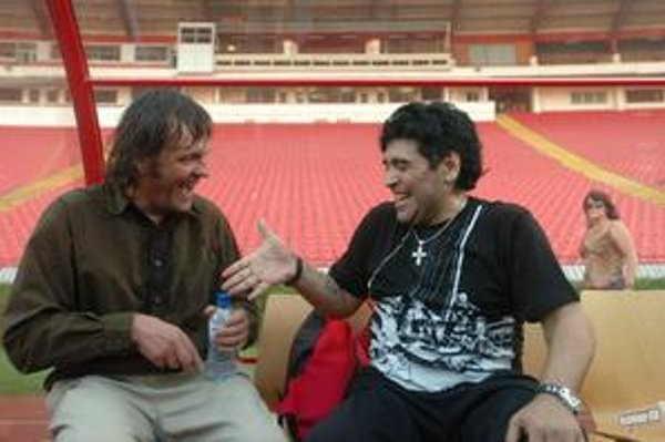 """Emir Kusturica a Maradona pri nakrúcaní. Ten prvý dovolí, aby mu hovorili """"Diego Armando Maradona svetovej kinematografie"""" a ten druhý je vraj futbalovou verziou Sex Pistols."""