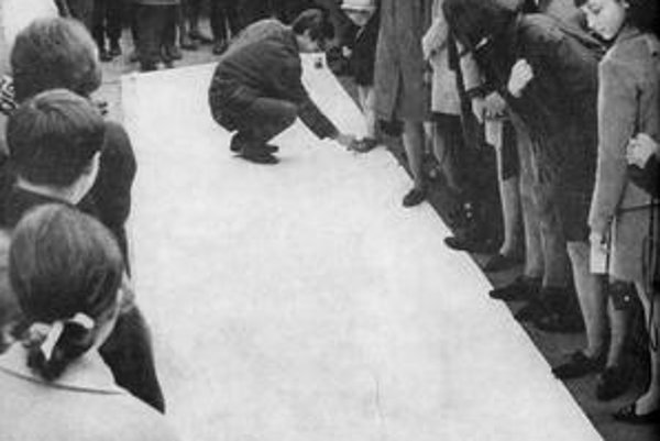 Medzi tvorcov obľúbených pouličných akcií patril aj maliar a básnik Rudolf Němec. Na snímke(v podrepe) práve zakladá svoju Prezentologickú spoločnosť.