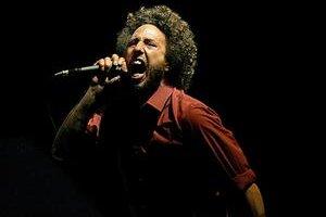 Zack de la Rocha, spevák skupiny Rage Against the Machine, ktorá vyhrala hitparádu so skladbou z roku 1992.