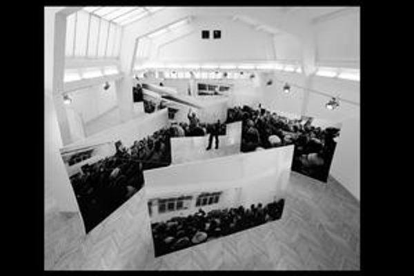 Netradičná inštalácia pripomína atmosféru stretnutia 19. novembra 1989 v Umeleckej besede.