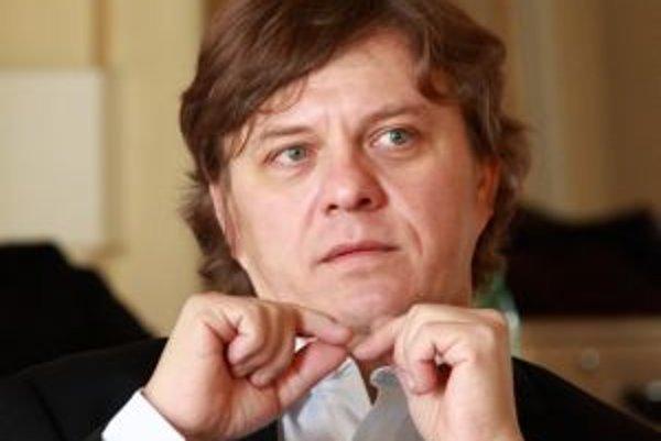 Narodil sa v roku 1962, patrí k najvýznamnejším slovenským huslistom - sólistom. Má za sebou konzervatórium aj VŠMU, absolvoval študijný pobyt na prestížnej škole Academia Sion vo Švajčiarsku, zúčastnil sa na majstrovských kurzoch významných svetových hus