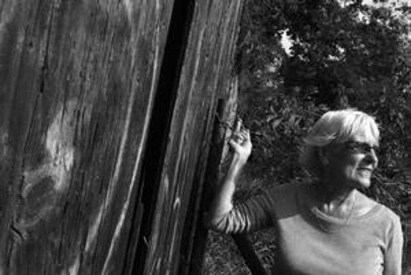 Alta Vášová (1939) sa narodila v obci Sevľjuš na Zakarpatskej Ukrajine. Vyštudovala matematiku a fyziku, pôsobila ako učiteľka, no bola i sprievodkyňou a upratovačkou na hrade Zvíkov. V rokoch 1968 - 1970 pracovala ako dramaturgička v Československej tele