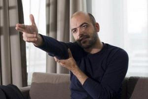 Bez policajnej ochrany dnes Roberto Saviano nemôže ani vybehnúť do obchodu.