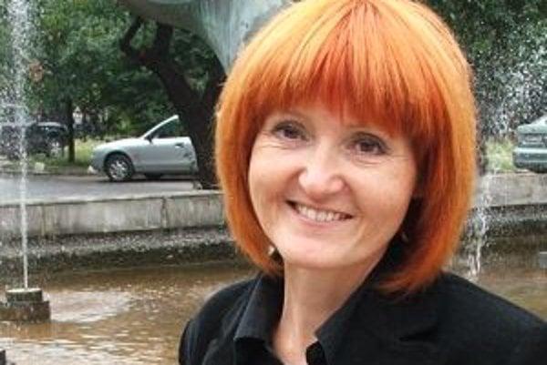 Narodila sa v roku 1964 v Bratislave. Po škole šla na ekonomickú nadstavbu, zároveň spievala v zábavových kapelách. Pôsobila v STV, nahrala viaceré piesne v Slovenskom rozhlase. Absolvovala VŠMU, odbor Filmová a televízna dokumentárna tvorba. V roku 1992