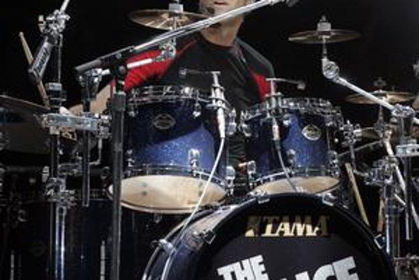 Všestranný hudobník, známy predovšetkým ako bubeník skupiny The Police, sa narodil 16. júla 1952 v Alexandrii v štáte Virginia v USA. Detstvo prežil spolu s troma staršími súrodencami a rodičmi na Blízkom východe, kde sa naučil plynule po arabsky. Na bici