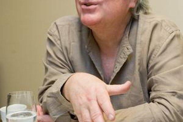 Gilles Leroy (50), francúzsky spisovateľ a fanúšik americkej literatúry. Napísal  romány Ruská milenka, Vyrásť a v roku 2007 dostal Goncourtovu cenu za Alabama Song.