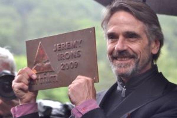 Britský herec Jeremy Irons si prevzal na 17.ročníku medzinárodného filmového festivalu Art Film Fest 2009 cenu Hercova Misia, ktorú pripevnil na nový Most Slávy v kúpeľnom parku v Trenčianských Tepliciach.