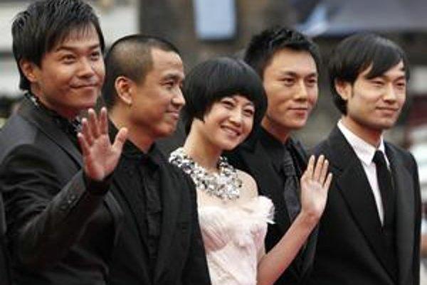 S režiserom Lou Ye (druhý zľava) sa čínski hostia v Cannes cítia slobodne.