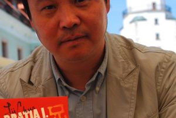 Jü Chua (1960) patrí medzi popredných čínskych spisovateľov. Vydal štyri romány a zbierky poviedok, román Žiť sfilmoval slávny režisér Čang I–mou. Prvý diel jeho najnovšieho románu Bratia, ktorý sa stal bestsellerom a bol preložený do viacerých jazykov, v