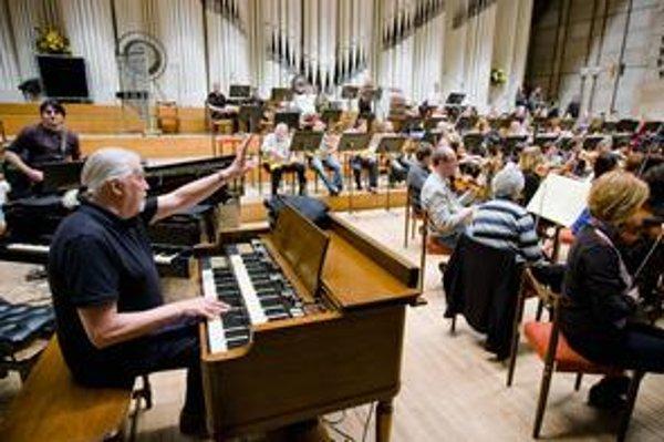 Jon Lord prišiel do Bratislavy niekoľko dní pred svojím koncertom. Skúša v sále Slovenského rozhlasu, kde zajtra odohrá skladbu Concerto for Group and Orchestra a niekoľko hitov, ktoré zložil počas hrania v skupine Deep Purple.