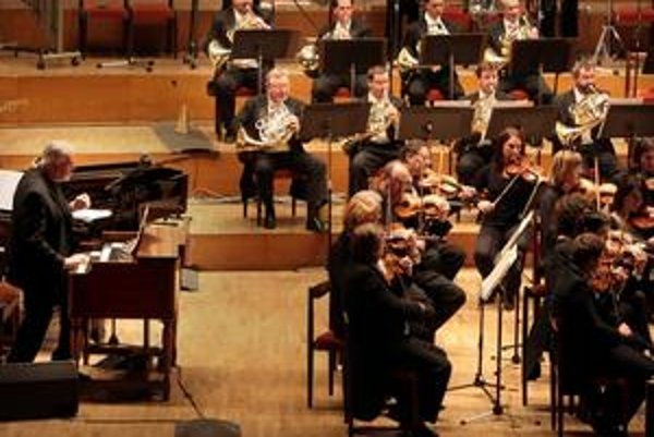 Jon Lord (na snímke vľavo) so Symfonickým orchestrom Slovenského rozhlasu.